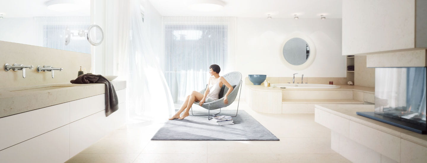 GROHE Beauty Shot Woman sitting in chair